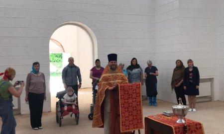 Молебное пение в строящемся храме  Елизаветинского детского хосписа